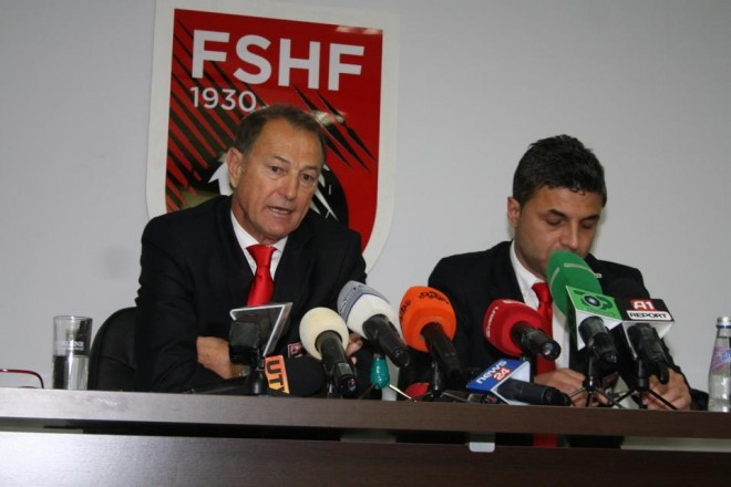 (Italiano) (Albanian) Trajneri De Biazi flet për mediat