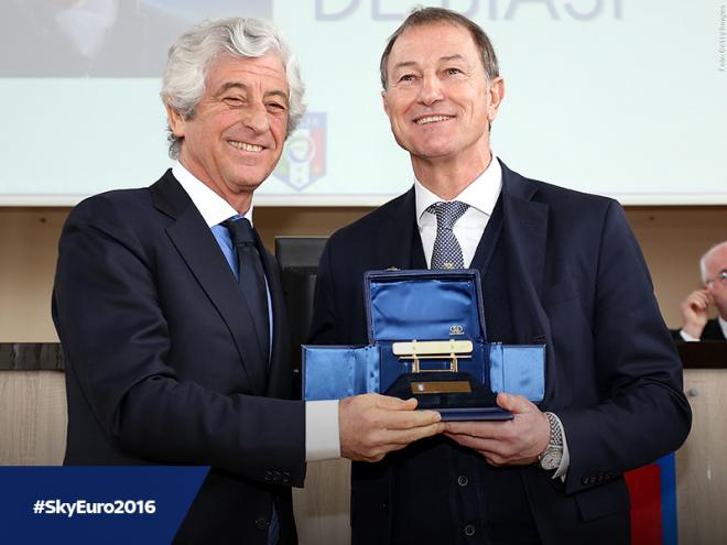 (Italiano) A De Biasi la Panchina d'oro (speciale) del 2016