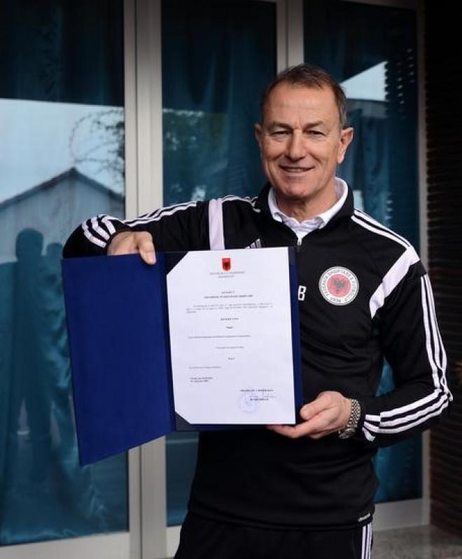 L'Albania premia De Biasi con la cittadinanza onoraria